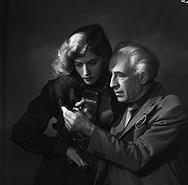 Roger-Viollet | 1112574 | Abel Gance (1889-1981), French director, and Nelly Kaplan (born in 1936), Argentinian-born French writer and director. Paris, November 1956. | © Boris Lipnitzki / Roger-Viollet