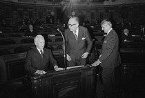 Roger-Viollet | 1131130 | Pierre Messmer (1916-2007), homme politique français, Premier ministre de 1972 à 1974, avec Maurice Schumann et Robert Boulin au Sénat. Paris, vers 1973. | © Jacques Cuinières / Roger-Viollet