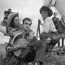 Roger-Viollet | 1143357 | The Blue Ranch. Bill Stone. Musician. France, 1930-1960. | © Gaston Paris / Roger-Viollet