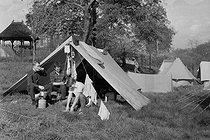 Roger-Viollet | 1161582 | Camping du bois de Boulogne. Paris (XVIe arr.). | © Jacques Cuinières / Roger-Viollet