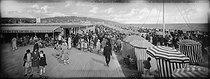 Roger-Viollet | 1187827 | Les Planches et le bar américain. Deauville (Calvados), vers 1925. | © Léon & Lévy / Roger-Viollet
