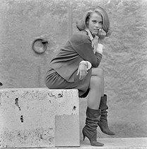 Roger-Viollet | 1193996 | Grassart, André (1935-….). André Grassart (photographe). Jane Fonda à Paris. Fonda, Jane (1937-....). négatif acétate. 26 août 1963. Bibliothèque historique de la Ville de Paris. | © André Grassart / Fonds France-Soir / BHVP / Roger-Viollet