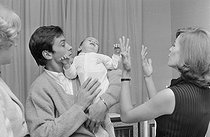 Roger-Viollet | 1283129 | Alain Delon (born in 1935), French actor, with his wife Nathalie Delon (1941-2021), French actress and director, and their son Anthony (born in 1964), April 28, 1965. Photography by Jean Laborie (1928-2014), from the collections of the French newspaper  France-Soir . Bibliothèque historique de la Ville de Paris. | © Jean Laborie / Fonds France-Soir / BHVP / Roger-Viollet
