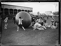 Roger-Viollet | 1293442 | Session of women's pushball, an American sports consisting in playing football with a twenty-kilogram ball, at the Élisabeth stadium, in Paris (XIVth arrondissement). Sunday 3 October 1920. Photograph from the French newspaper  Excelsior . | © Excelsior - L'Equipe / Roger-Viollet