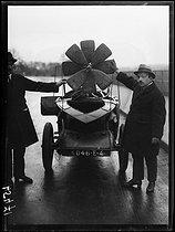 Roger-Viollet | 1295352 | L'automobile laboratoire de Louis Damblanc (1889-1969), l'aidant dans ses travaux sur l'hélicoptère-parachute. Jeudi 23 décembre 1920. Photographie du journal  Excelsior . | © Excelsior - L'Equipe / Roger-Viollet