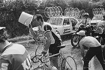 Roger-Viollet | 1351177 | Tour de France 1976. 2nd stage from Angers to Caen, on June 26, 1976. Heat wave : the racing cyclists refreshing themselves. Photograph by Bernard Charlet, from the collections of the French newspaper  France-Soir . Bibliothèque historique de la Ville de Paris. | © Bernard Charlet / Fonds France-Soir / BHVP / Roger-Viollet
