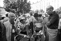 Roger-Viollet | 1362707 | Tour de France 1986. 21st stage from Saint-Etienne to Puy de Dôme, on July 25, 1986. Félix Lévitan (1911-2007), French sports journalist, Bernard Hinault (born in 1954), French racing cyclist, wearing his climber's jersey, and Valéry Giscard d'Estaing (1926-2020), French politician. Photograph by Bernard Charlet, from the collections of the French newspaper  France-Soir . Bibliothèque historique de la Ville de Paris. | © Bernard Charlet / Fonds France-Soir / BHVP / Roger-Viollet