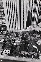 Roger-Viollet | 1372353 | Construction d'immeubles à la place des pavillons et des jardins. Rue Pierre Semard, Bobigny | © Léon Claude Vénézia / Roger-Viollet