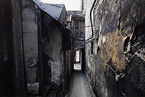 Roger-Viollet | 1372372 | Belleville district. Passage. Paris (XIXth-XXth arrondissements), 1968-1975. Photograph by François-Xavier Bouchart (1946-1993). Paris, musée Carnavalet. | © François-Xavier Bouchart / Musée Carnavalet / Roger-Viollet