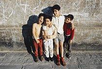 Roger-Viollet | 1372405 | Belleville district. Four brothers. Paris (XIXth-XXth arrondissements), 1968-1975. Photograph by François-Xavier Bouchart (1946-1993). Paris, musée Carnavalet. | © François-Xavier Bouchart / Musée Carnavalet / Roger-Viollet