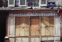 Roger-Viollet | 1372410 | Belleville district. Former shoe shop, 11 rue du Sénégal. Paris (XXth arrondissement), 1968-1975. Photograph by François-Xavier Bouchart (1946-1993). Paris, musée Carnavalet. | © François-Xavier Bouchart / Musée Carnavalet / Roger-Viollet