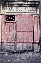 Roger-Viollet | 1372414 | Belleville district. Front view of the shop  Au Bon Goût . Paris (XIXth-XXth arrondissements), 1968-1975. Photograph by François-Xavier Bouchart (1946-1993). Paris, musée Carnavalet. | © François-Xavier Bouchart / Musée Carnavalet / Roger-Viollet