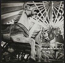 Roger-Viollet | 1372525 | Fête foraine. Manèges. France, vers 1935. | © Gaston Paris / Roger-Viollet