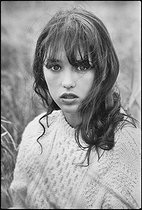 Roger-Viollet | 1375840 | Isabelle Adjani (born in 1955), French actress, during the shooting of  La Gifle  by Claude Pinoteau. Surroundings of Chartres (France), 1974. Photograph by André Perlstein (born in 1942). | © André Perlstein / Roger-Viollet
