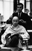 Roger-Viollet | 1375846 | Michel Audiard (1920-1985), French dialogue writer, writer, journalist, scriptwriter and film director, at the  Carita  hairdressing salon. Paris, 4 October 1970. Photograph by André Perlstein (born in 1942). | © André Perlstein / Roger-Viollet