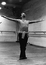 Roger-Viollet | 1376047 | Maurice Béjart (1927-2007), French dancer and choreographer, rehearsing at the Théâtre de la Monnaie. Brussels (Belgium), 24 December 1969. Photograph by André Parlstein (born in 1942). | © André Perlstein / Roger-Viollet