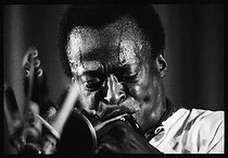 Roger-Viollet | 1376231 | Miles Davis (1926-1991), American jazz trumpeter, performing a concert at the Salle Pleyel. Paris (VIIIth arrondissement), on November 3rd, 1969. Photograph by André Perlstein (born in 1942). | © André Perlstein / Roger-Viollet