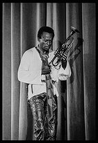 Roger-Viollet | 1376274 | Miles Davis (1926-1991), American jazz trumpeter, performing a concert at the Salle Pleyel. Paris (VIIIth arrondissement), on November 3rd, 1969. Photograph by André Perlstein (born in 1942). | © André Perlstein / Roger-Viollet