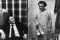 Roger-Viollet | 1376608 | Paul Lederman (born in 1940), French show producer, in the dressing room of Coluche (1944-1986), French humorist and actor. Paris (XIVth arrondissement), Bobino, 1974. Photograph by André Perlstein (born in 1942). | © André Perlstein / Roger-Viollet