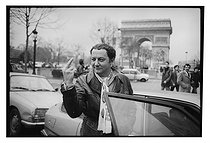 Roger-Viollet | 1376637 | Coluche (1944-1986), French humorist and actor, during his presidential election campaign. Paris (VIIIth arrondissement), January 1981. Photograph by André Perlstein (born in 1942). | © André Perlstein / Roger-Viollet