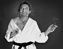 Roger-Viollet | 1376751 | Serge Gainsbourg (1928-1991), French singer-songwriter, in the studios of the  Elle  magazine. Paris, 1979. Photograph by André Perlstein (born in 1942). | © André Perlstein / Roger-Viollet