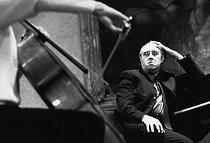 Roger-Viollet | 1376881 | Mstislav Rostropovich (1927-2007), Russian conductor and cellist, at the conservatoire de Paris (IXth arrondissement), circa 1970. Photograph by André Perlstein (born in 1942). | © André Perlstein / Roger-Viollet