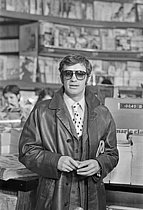 Roger-Viollet   1385017   Jean-Paul Belmondo (1933-2021), French actor, on the set of  Ho! , film by Robert Enrico, on March 29, 1968. Photograph by Robert Girardin, from the collections of the French newspaper  France-Soir . Bibliothèque historique de la Ville de Paris.   © Girardin, Robert / Fonds France-Soir / BHVP / Roger-Viollet